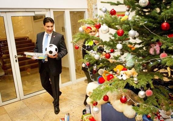 Mesterházy Attila éppen azt találgatja, hogy hová rejtse az ajándékokat a fa alatt.