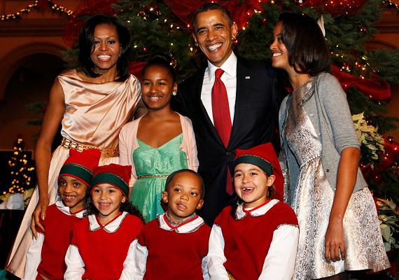 Barack Obama a feleségével és a lányaival, valamint egy egész csapat manóval ünnepelte a karácsonyt. Vajon olyan jóban van a Mikulással, hogy együtt ünnepeltek?