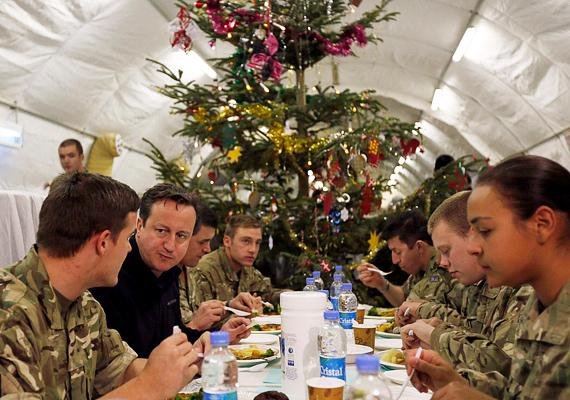 David Cameron legemlékezetesebb karácsonyi ünneplése az volt, amikor 2012-ben Afganisztánba látogatott az ott állomásozó angol katonákhoz. Tavaly már a családjával ünnepelt.