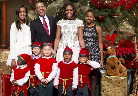 Az Obama család évről évre bevon a családi körbe hátrányos helyzetű gyerekeket, akiket természetesen ajándékokkal is elhalmoznak.