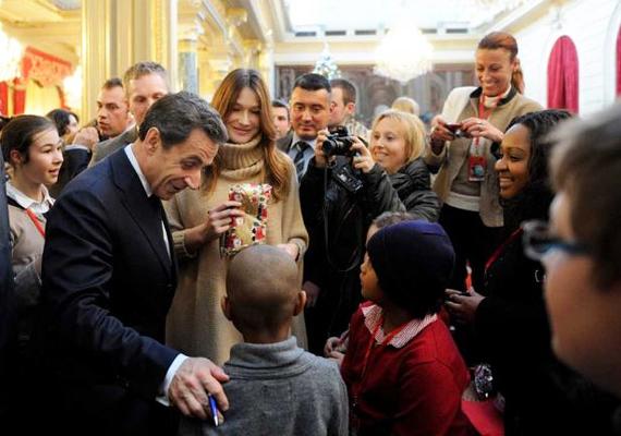 Az exminiszterelnök Nicholas Sarkozy és felesége, Carla Bruni szintén a gyerekeket lepték meg, sok-sok ajándékkal szépítve meg az ünnepet.