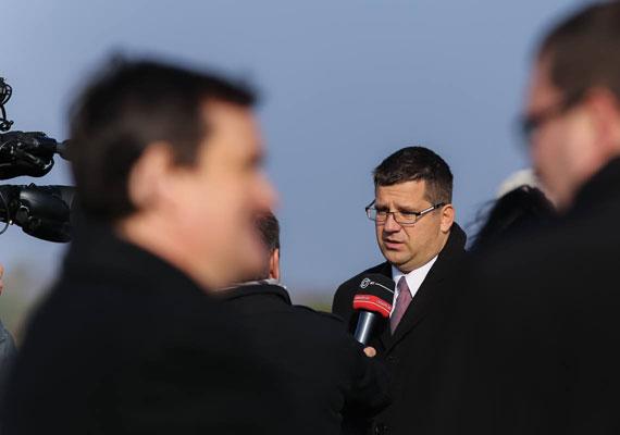Seszták Miklóst a 2014-es választási győzelem után nevezte ki a Fidesz fejlesztési miniszternek. Az új miniszter nem sokkal ez után nyilatkozott is a stadionépítések fontosságáról és szükségességéről, mégpedig annak örömére, hogy megkezdték a Puskás Ferenc Stadion bontását. Seszták szerint fontos a sport, és a stadionépítésekkel minden rendben van, ezt mindenki tudhatja, aki olvassa a sajtót, hiszen latívuszokban beszélnek rólunk mindenhol. Ha az új Puskás meg is fog épülni, akkor talán majd szuperlatívuszokban is fognak - addig pedig talán valaki szól a miniszternek, hogy mi a helyes kifejezés.