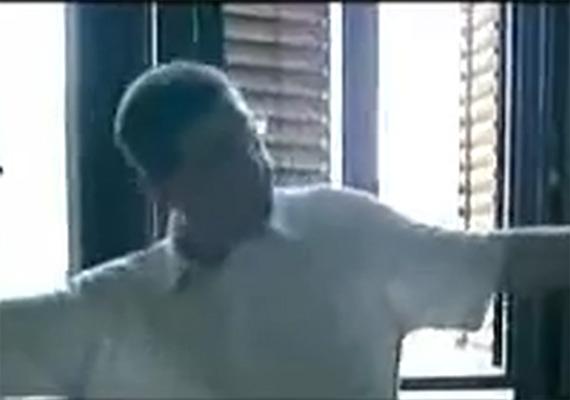 2006-ban az akkori miniszterelnök, Gyurcsány Ferenc által előadott tánc az Igazából szerelem című film egyik jelenetére utal. Akkor nászajándéknak szánta, azóta viszont politikai ellenfelei előszeretettel használják fel mindenfélére az idióta táncot.