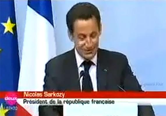 Még 2007-ben, a G8-on tartott beszéde alkalmával viselkedett a francia Nicolas Sarkozy meglehetősen furcsán. Amikor a terembe ért félórás késéssel, a beszédét nevetgélve kezdte. Sarkozy először bocsánatot kért a késés miatt, majd megkérdezte az újságíróktól:- Mit szeretnének? Hogy válaszoljak a kérdésekre? Nos, vannak kérdések? Akkor tessék.Egyesek szerint nem csak vizet ivott aznap, de van, aki az első nyilvános szereplése előtti izgatottságnak tudja be a történteket.