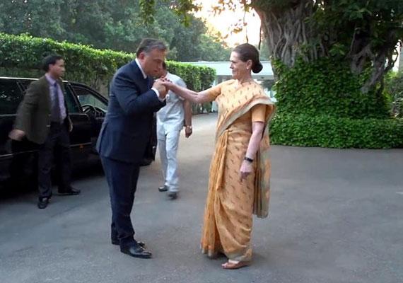Orbán Viktor imád kezet csókolni a hölgyeknek, hiába nem illik protokolláris eseményeken, azonban Sofia Gandhival még kínosabb eset fordult elő, hiszen Indiában nő és férfi nem érintheti egymást nyilvánosan. Sajnos a miniszterelnökünket erről senki nem tájékoztatta.