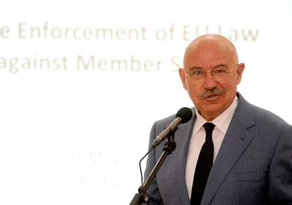 Martonyi János egykori külügyminiszternek Orbán Viktor az új kormányában már nem szavazott bizalmat, ám hosszú évekig jó volt köztük a viszony. Martonyi már 1979-ben a magyar államot képviselte, amikor kereskedelmi titkárnak nevezték ki, és Brüsszelben állomásozott. 1985-től a kereskedelmi minisztérium osztályvezetője volt, az MSZMP-be azonban csak 1989-ben lépett be, amikor kormánybiztossá nevezték ki.