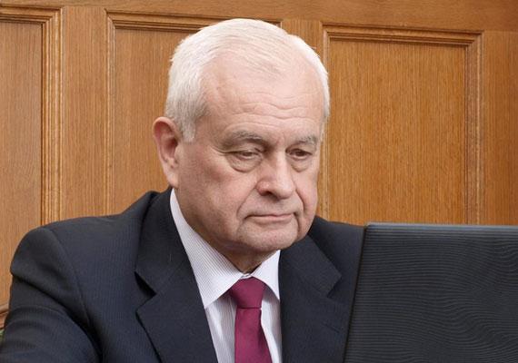 Harrach Péter, a Kereszténydemokrata Néppárt, a kisebbik kormánypárt parlamenti csoportjának vezetője is a Magyar Szocialista Munkáspárt tagja volt.