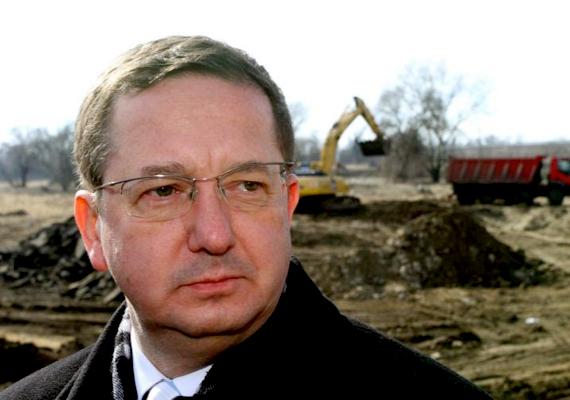 A környezetvédelmi államtitkár, Illés Zoltán szeptember elején a parlamentben Szél Bernadettnek egy, a verespataki bányanyitással kapcsolatos kérdésére azt válaszolta, az, hogy szép, nem jelenti, hogy okos is. Baromságnak minősítette az LMP-s politikus kérdését, majd felszólította, hogy ne vegye a szájára a miniszterelnök, Orbán Viktor nevét.