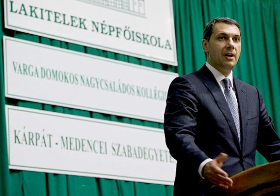 A Miniszterelnökséget vezető államtitkár, Lázár János szerint a Fidesznek semmi köze ahhoz, hogy ki és mit csinál otthon. Ez sajnos erősíti azt a félresikerült gondolkodásmódot, hogy a családon belüli erőszak magányügy.