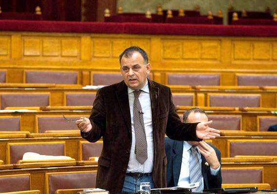 Egy évvel ezelőtt a fideszes Varga István tett a nőkre nézve sértő kijelentéseket a parlamentben. A politikus szerint, ha a nők több gyereket vállalnának, nem lenne családon belüli erőszak.