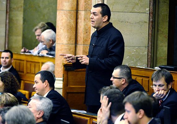"""A Jobbik képviselője, Zagyva György Gyula év elején nyilvánult meg egy kollégája felé nyomdafestéket nem tűrő módon, amikor az LMP-s képviselő, Osztolykán Ágnes felé intézett pár keresetlen szót, miszerint """"attól még, hogy cigány vagy, megdöfnélek""""."""