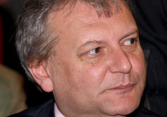 Hiller István az ELTE történelem-latin szakának elvégzése után oktatói állást kapott, és középkori, valamint kora újkori magyar történelmet tanított az egyetemen. 1999-ben még az év oktatójának is megválasztották a hallgatók. Politikai karrierjének lényegi része ezután indult be.