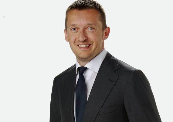 Bár Rogán Antal fiatalon került a politika közelébe, a közgazdászként végzett ifjú a kilencvenes években a Közgáz Széchenyi István Szakkollégiumának nevelőtanára, majd az egyetem óraadója is volt. Ezután a Magyar Nemzeti Bank alkalmazásában is állt.