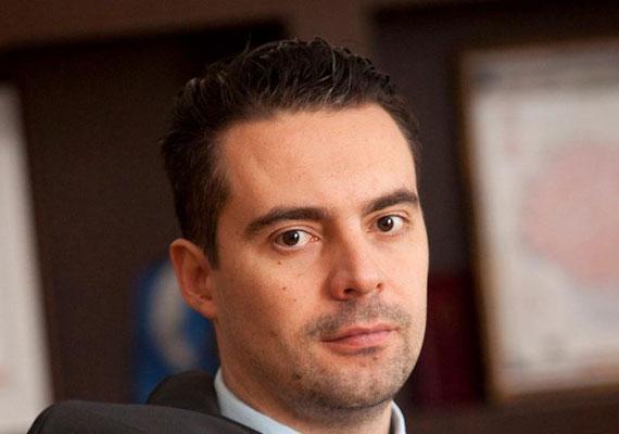 Vona Gábor történelem szakon végzett, ami után még rövid ideig pszichológiát hallgatott, aztán tanárként helyezkedett el. 2004-ben még mindig nem politizált hivatásszerűen, ekkor ugyanis még oktatásszervező volt egy nyelviskolánál, majd biztonságtechnikai és szoftverfejlesztő cégnél is alkalmazták a Jobbik későbbi elnökét. Bár a kilencvenes évek végén már aktív volt a közéletben - 2001-ben még a Fideszbe is belépett -, hivatásszerűen csak a Jobbik sikerével kezdett politikával foglalkozni.