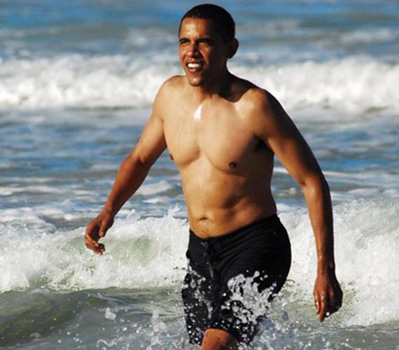 Obama úgy tűnik, igyekszik formában tartani a testét, és teljes a siker. Így szelte a Csendes-óceán habjait Hawaiion 2008 nyarán, mielőtt az Egyesült Államok első színes bőrű elnökévé választották volna. Különös azonban, hogy azóta nem lehet látni róla ilyen fotót. Talán csak nem a testét rejtegeti? Vagy csak nincs ideje lubickolni?
