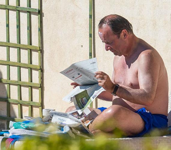 François Hollande francia elnök elmélyülten olvassa az újságot a medence partjánál. A kép egy éve készült, és nagy botrányt okozott, mivel a politikus egy gazdasági lapot olvasott, amiben láthatta országa katasztrofális eredményeit. Nem tetszett a választóknak, hogy az elnök ilyen gondterhes időkben is kiveszi a szabadságát.