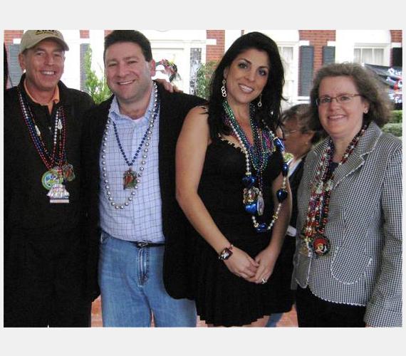 Egészen friss ügy David Petraeus CIA-igazgató botránya, aki felesége mellett két nővel is kavart. Petraeus balra az első, mellette szeretője férje áll, balról a harmadik a szerető, majd a feleség. Barátok voltak.