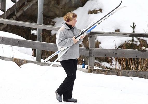 Angela Merkel is sí mellett voksol, ezen a fotón éppen előkészül a lesikláshoz Svájcban. 2014 januárjában is tartott egy rendes éves síszünetet a német kancellár.