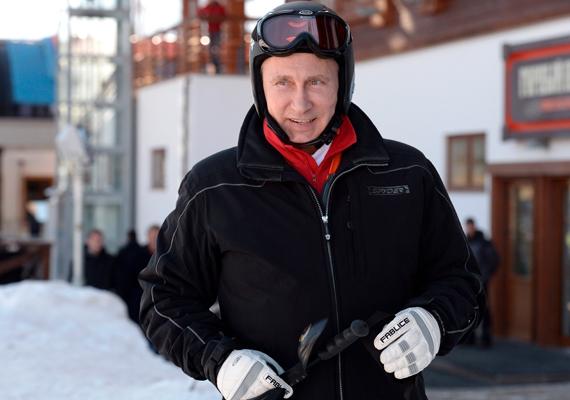 Putyin számár a síelés jelenti a kikapcsolódást, ha alkalma adódik rá, szívesen húz lécet a lábára. 2014 januárjában a szocsi olimpiai pályákat is alkalma volt tesztelni az orosz elnöknek.