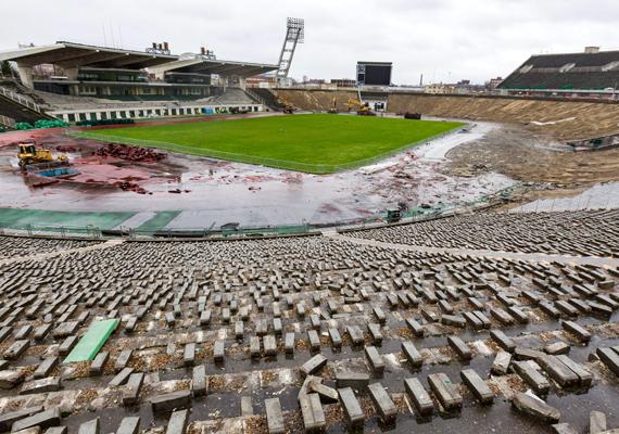Munkagépek dolgoznak a stadion bontásán. Az új aréna a tervek szerint 2019-re készül el.