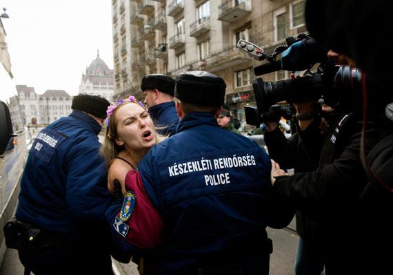 """""""Putyin, haza!"""" - üzente egy félmeztelen nő az Országház közelében az orosz államfő érkezése előtt. A Femen-aktivistát elvitték a rendőrök."""