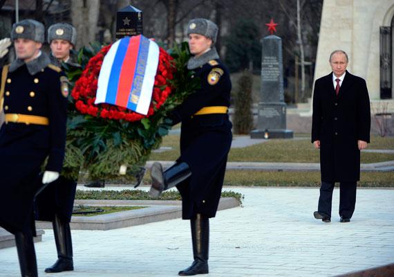 A Fiumei úti Nemzeti Sírkert szovjet katonai emlékhelyén. Putyin mögött az emlékmű, melyen ellenforradalomként hivatkoznak az 1956-os eseményekre.