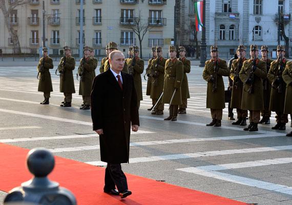 A Hősök Emlékkövét koszorúzta meg Putyin elsőként. Hamar végzett vele, és már indult is tovább népes konvoja.