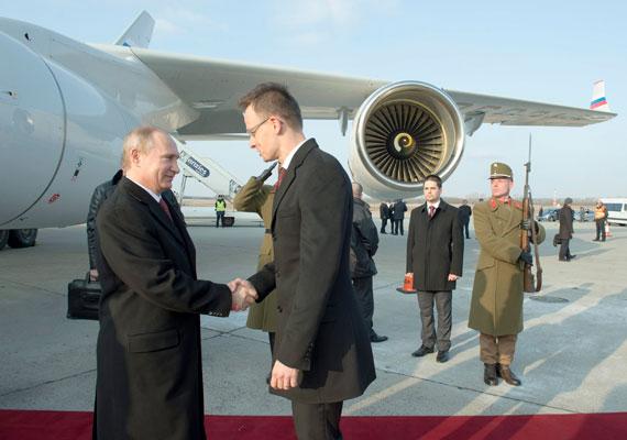 Putyin majdnem egy óra késéssel szállt le Budapesten. Szijjártó Péter fogadta elsőként a vendéget.