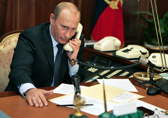 """Az orosz államfő egy telefonos beszélgetés során is tud olyat mondani, hogy a beszélgetőpartnernek eláll a szava. A La Reppublica olasz lap számolt be róla tavaly szeptemberben, hogy Putyin az Európai Bizottság akkori elnökével, José Manuel Barrosóval beszélt, amikor az csúszott ki az orosz elnök száján, hogy """"két hét alatt be tudná venni Kijevet """". Kellemes csevej lehetett."""