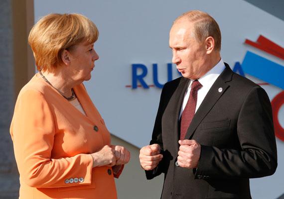 """Angela Merkel 2012-ben egy személyes találkozón az akkor épp börtönre ítélt Pussy Riot együttes miatt vonta kérdőre Putyint. Az orosz elnök akkor azzal hárította el a kritikát, hogy évekkel azelőtt az egyik zenekari tag """"egy zsidó bábut tartva azt hirdette, hogy az ilyen emberektől meg kell szabadítani Moszkvát"""". Merkel erre nem nagyon tudott mit mondani, pedig az orosz elnök ferdített, hiszen pont a kirekesztés ellen tiltakozott provokatív módon a Pussy Riot-tag."""