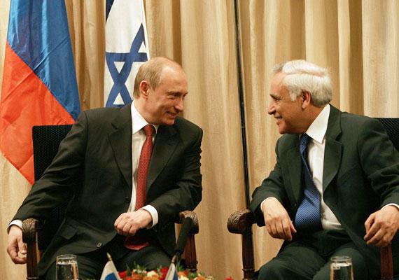 """2006-ban az izraeli miniszterelnökkel tárgyalt az orosz államfő, ám egy bekapcsolva maradt mikrofon miatt egyetlen dologról marad emlékezetes a találkozó. """"Adja át üdvözletemet elnökének, nagyon kemény fiúnak bizonyult, tíz nőt megerőszakolt, ezt sohasem vártam volna tőle, mindannyiunkat nagyon meglepett, valamennyien irigyeljük"""" - mondta Putyin, amikor azt hitte, már nem hallja más. Móse Kacav egykori izraeli elnököt ekkortájt vádolták meg, később pedig hét évre ítélték női alkalmazottai zaklatása miatt."""