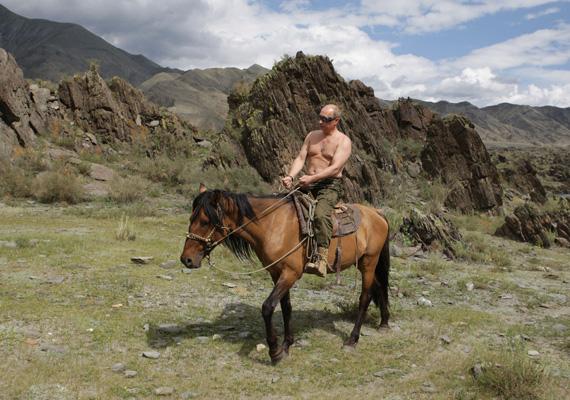 A már-már klasszikussá vált fénykép Vlagyimir Putyin orosz miniszterelnökről, ahol félmeztelenül lovagol a festői táj előtt.