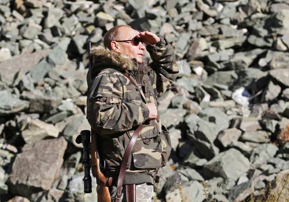 Az orosz miniszterelnököt vadászat közben, puskával a vállán kapták lencsevégre Oroszországban.