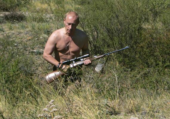 Vlagyimir Putyin félmeztelenül, puskával a kezében tör elő a bozótból.