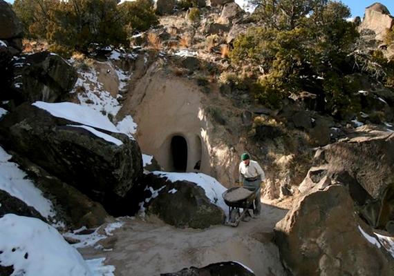 Így néz ki kívülről a barlang: a szobrász közel három évtizede minden nap feltűnik itt szerszámkészletével.