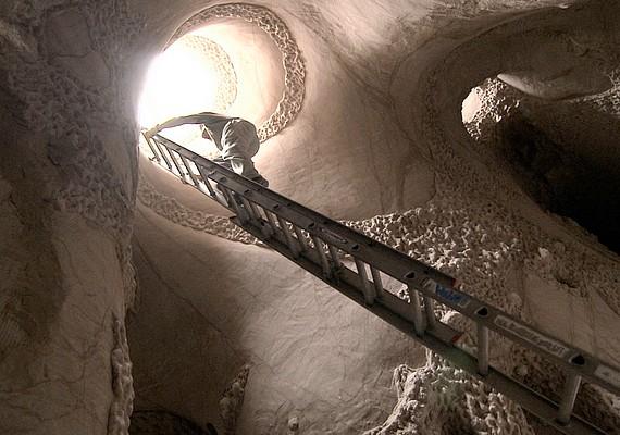 A művész mára hatalmas barlangot hozott létre, melynek falaiba lyukakat is vágott, hogy beszűrődjön a természetes fény.