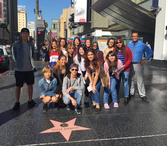 """""""Osztálytársainkkal Hollywood blvd-on!!!"""" - írta a képhez Gigi, ami a hírességek útján készült. Megtalálod rajta az énekesnőt?"""