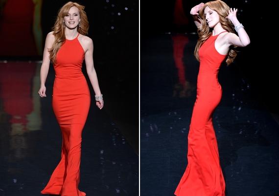 A 16 éves Bella Thorne remekül tudta viselni az élénk piros, sellőfazonú ruhát.
