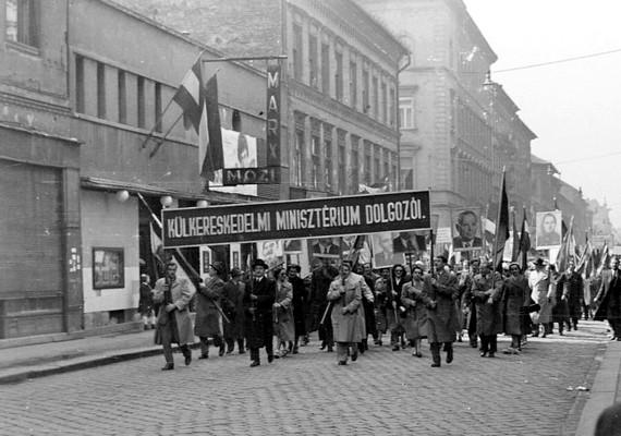 Budapest, VII. kerület, István út-Landler Jenő utca, május 1-jei felvonulásra menet, 1954.