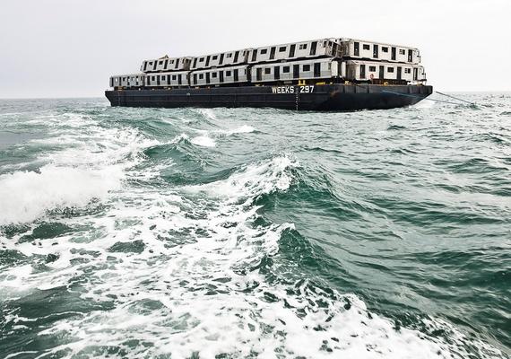 A közel 20 tonnás szerelvényeket uszályokkal juttatják a nyílt vízre, ahol végül a tengerbe kerülnek.