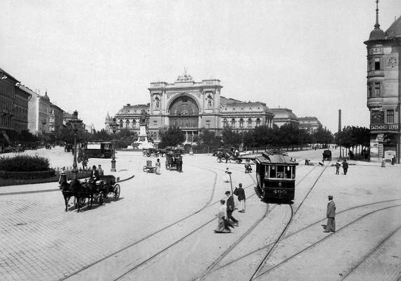 A villamosok a 20. század közepe előtt a járda mellett haladtak, csak a kanyarokban keresztezték az utat, mint ahogy ezen az 1903-as képen is látható, amely a Baross téren, a Keleti pályaudvarnál készült.