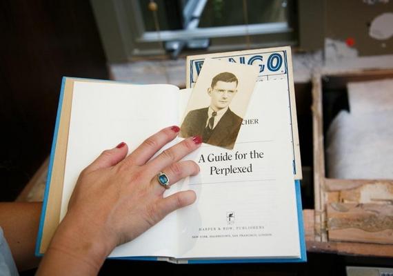 """A könyv a Tévelygők útikalauza című mű volt, benne egy fénykép az ifjú Gregory Peckről, annak hátulján pedig egy üzenet: """"Alan! Feltétlenül olvasd el ezt a könyvet. Már aláhúztam benne pár kulcsmondatot. Barátod, Vincent."""""""