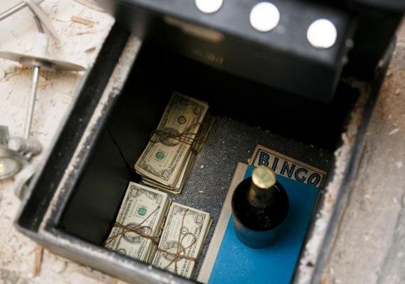 A páncélszekrényben 50 080 dollár, egy üveg 1960-as James E. Pepper whisky, egy könyv és egy bingószelvény rejtőzött.
