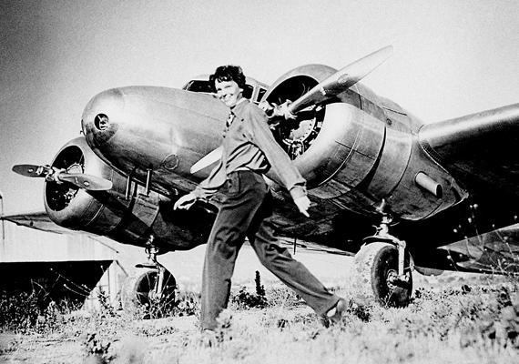 Amelia Earhartot, a híres pilótanőt titokzatos eltűnése után napokig keresték a Csendes-óceán térségében, azonban sem a repülőgép roncsaira, sem a holttestre nem bukkantak rá.