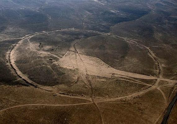 A kőépítmények szabályos kör alakúak, ám a faluk olyan alacsony, hogy könnyedén át lehet lépni őket, így nem valószínű, hogy valaha kerítésként szolgáltak volna.