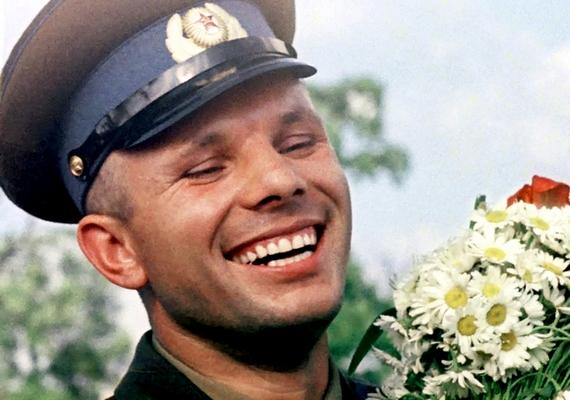 Az első ember, aki a világűrben járt, Jurij Gagarin volt, akinek a halálát a hivatalos álláspont szerint egy repülőgép-baleset okozta, amikor a férfi lezuhant egyMiG-15-össel. Ám sokan kétségbe vonják, hogy ez igaz lenne: elképzelhetőbbnek tartják, hogy Gagarin túl sokat tudott a szovjet űrkutatási központ rejtélyes terveiről, ezért a gépét lelőtték. De arról is beszélnek, hogy az egykori hős alkoholizmusa és nőügyei miatt kínossá vált a vezetésnek.