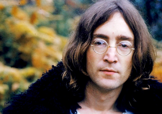 John Lennon, akit a világ a Beatles tagjaként ismert meg, élete utolsó éveit már békeaktivistaként töltötte. Számtalanszor nyíltan szembeszállt a kormánnyal, mígnem1980. december 8-án saját háza előtt lelőtte Mark David Chapman, aki az elméletek szerint a hatalom bábja volt. Korábbi cikkünkben további érdekes részleteket olvashatsz az üggyel kapcsolatban.
