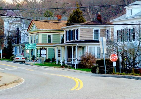 A Connecticutban található East Haddam lakói szintén mindennapos jelenségként tartják számon a morajlást, sőt, a fültanúk szerint itt néha még robbanásra emlékeztető hangok is észlelhetőek.