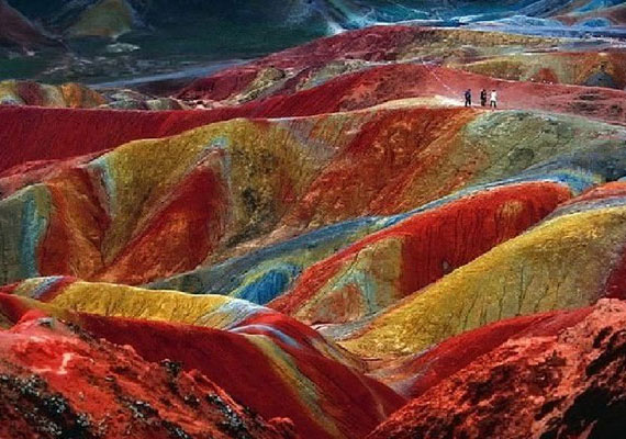A danxia felszínforma egy geológiai kifejezés, minden mástól eltérő, vöröses felszínformát jelöl. A szó a dél-kínai Guangdong tartomány hegységének, a Danxiashannak a nevéből ered, és azt jelenti, rózsaszín felhő.