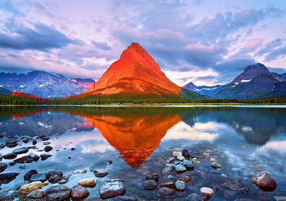 A lehetetlen határát súroló felvételt Harry Litchman készítette a Glacier Nemzeti Parkban, Montanában, amikor a lenyugvó nap éppen egy hegyet megvilágítva tört át a felhők közötti kis lyukon.